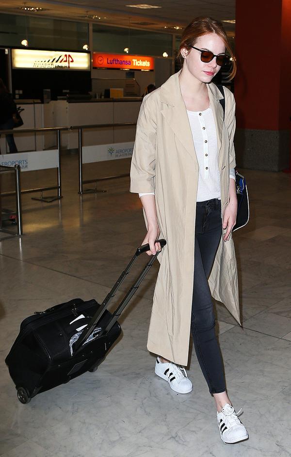 emma-stone-airport-trench-coat