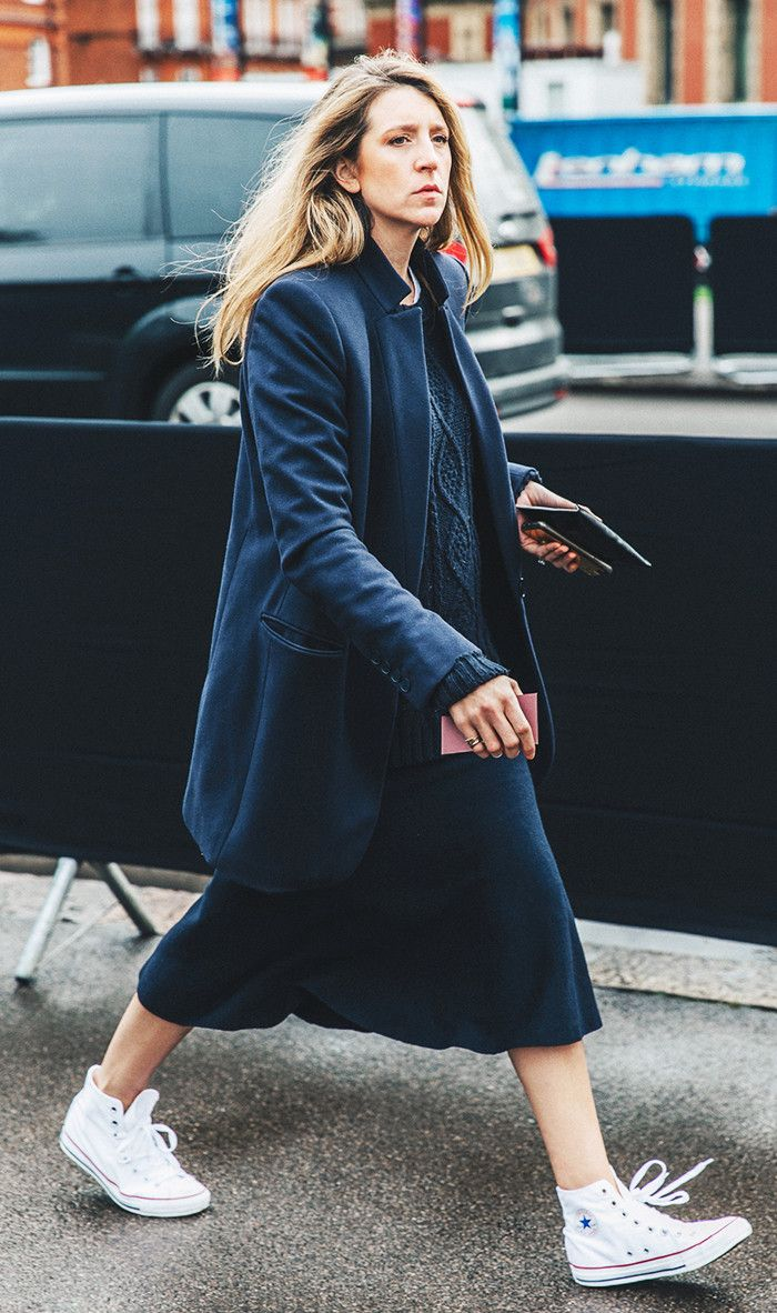 navy blue sweater and converse street style