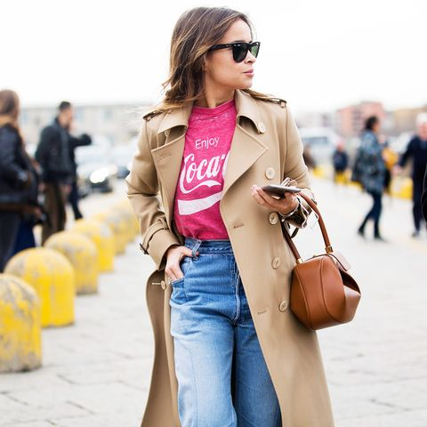 How to wear high-waisted jeans: With a graphic tee and trench coat