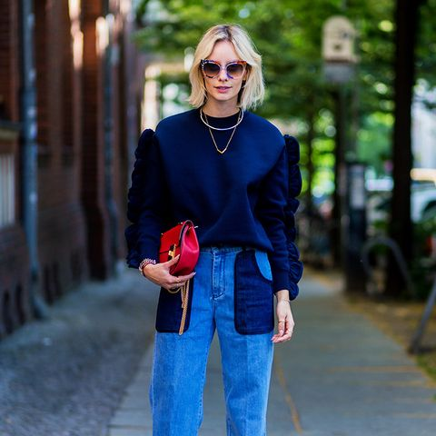 How to wear high-waisted jeans: With a sweatshirt and stacked heels