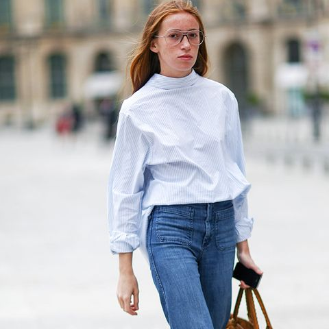 How to wear high-waisted jeans: As flares with a simple blouse and laofers