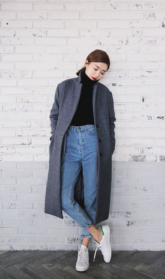 Pair mom jeans with a turtleneck for a simple yet chic style.