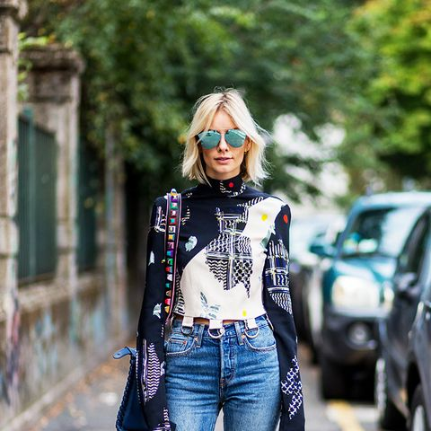 How Fashion Girls Wear Sneakers With Jeans