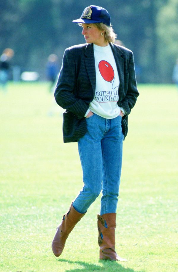 Princess Diana style: Jeans and sweatshirt