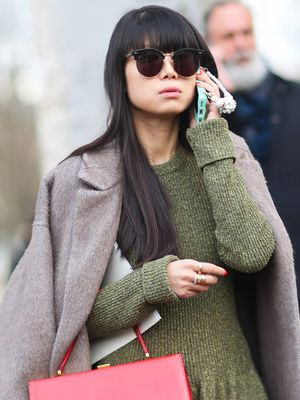 Fashion Girls Are Ditching Black Handbags for This Trend