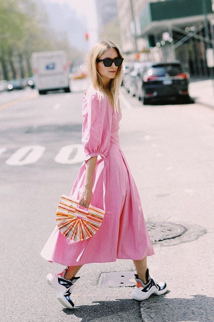 Puff sleeve trend: the fashion guitar wearing a pink dress