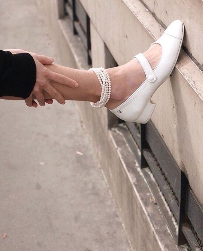 Pearl jewellery trend: anklet with Mary Janes