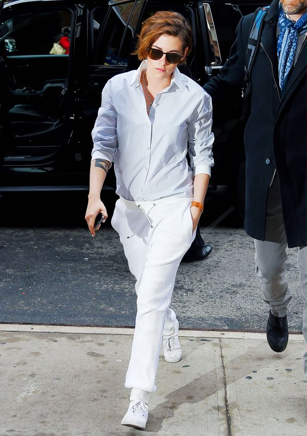 Kristen Stewart style: Blue shirt and white trousers