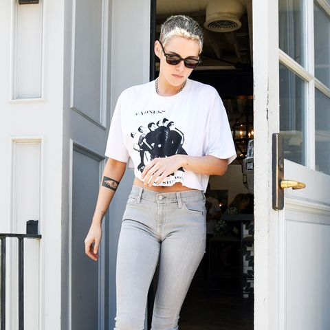 Kristen Stewart style: Cropped white tee, skinny jeans, and black sneakers