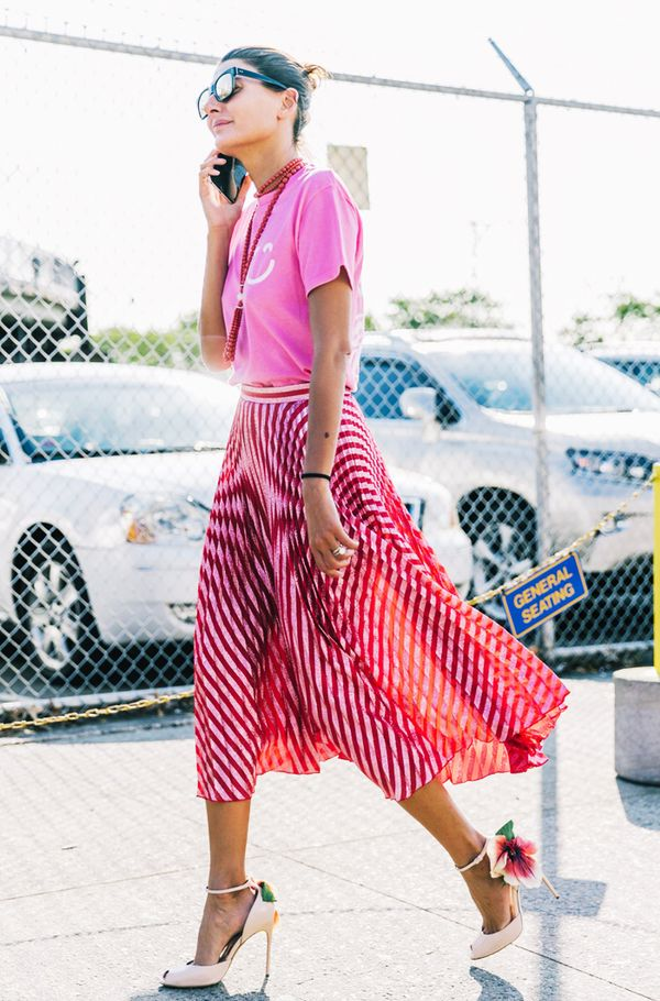 What to wear with a pleated skirt: Pink t shirt