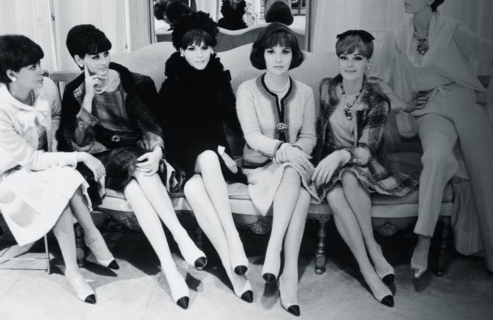 Chanel pumps: the two-tone shoes on women in 1957