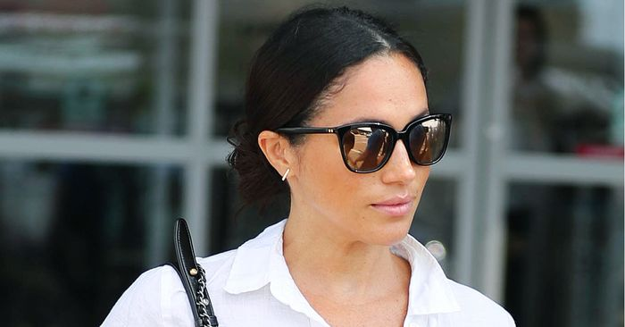 Meghan Markle S Airport Outfit Who What Wear