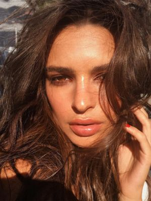 "This Is the Actual Makeup ""Recipe"" to Emily Ratajkowski's Summer Glow"