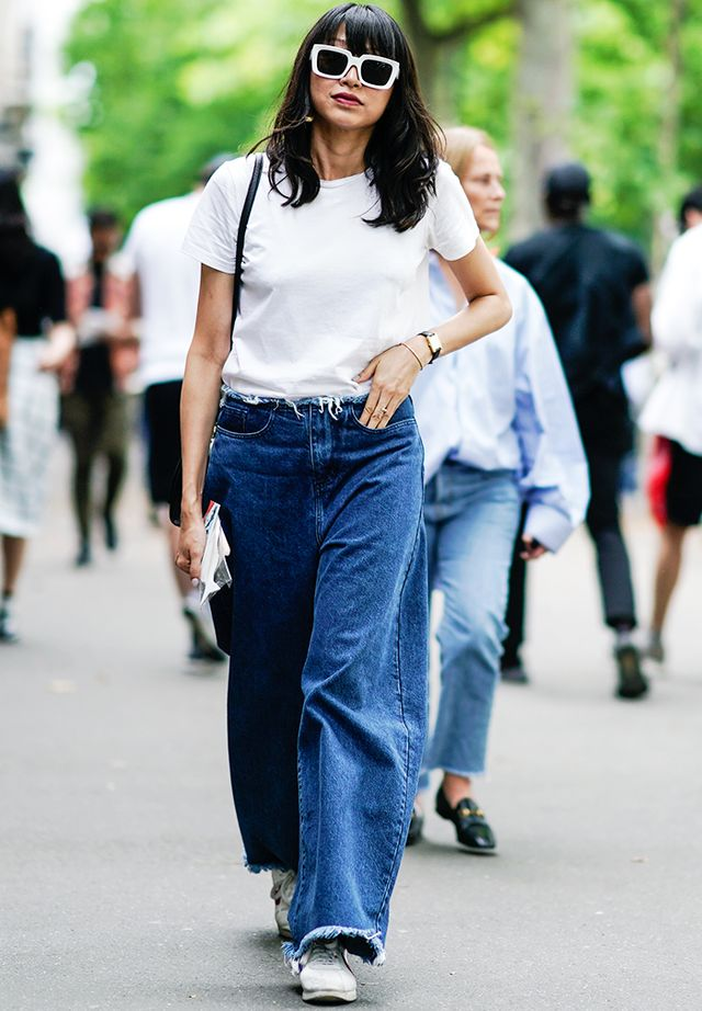 How to dress up a white tee and jeans: baggy jeans and trainers