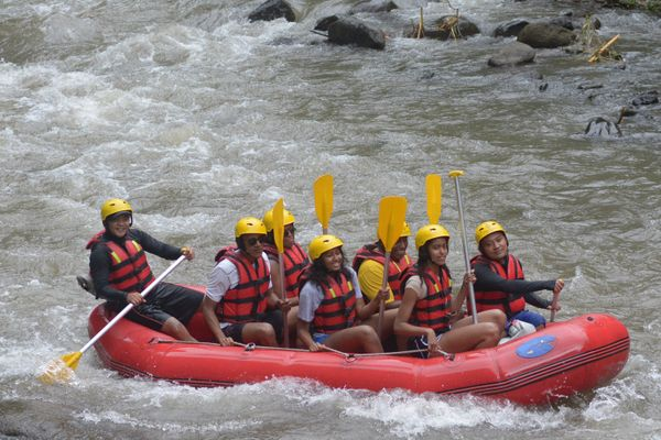 That same day, the entire family was spotted white water rafting on Ayung River in the Bongkasa Village.