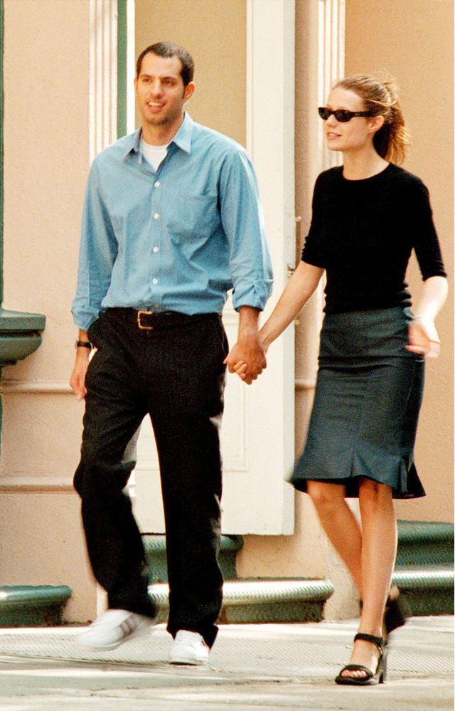 Gwyneth Paltrow '90s style: Skirt with black jumper and small sunglasses