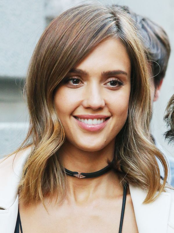 Shoulder length hairstyles byrdie uk shoulder length hairstyles jessica alba with a mid length wavy hairstyle urmus Image collections