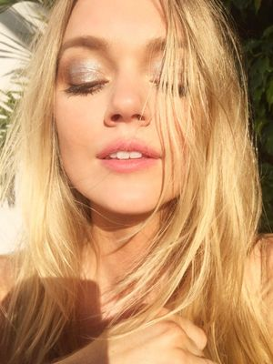 This Is How Models Do No-Makeup Makeup, According to Lindsay Ellingson