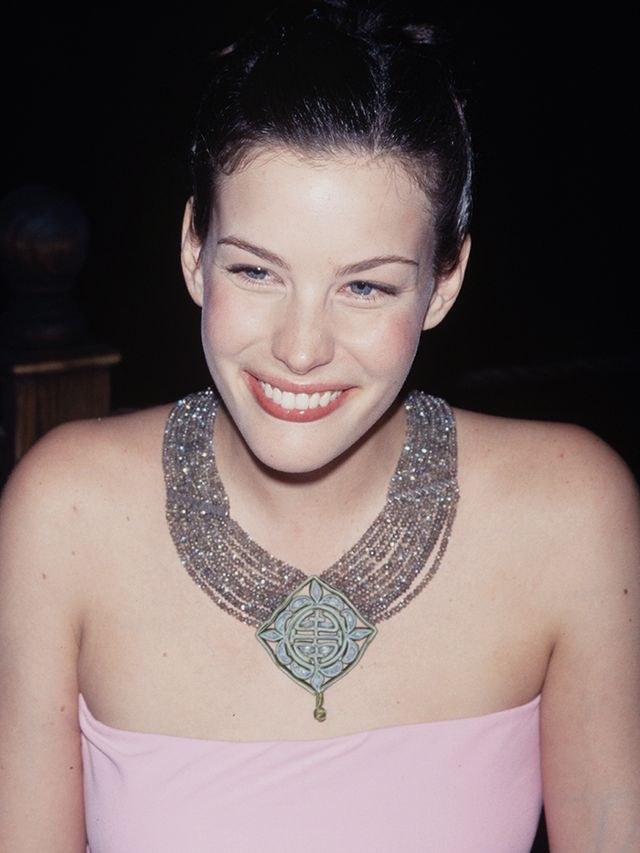 90s fashion: Liv Tyler wearing a tube top