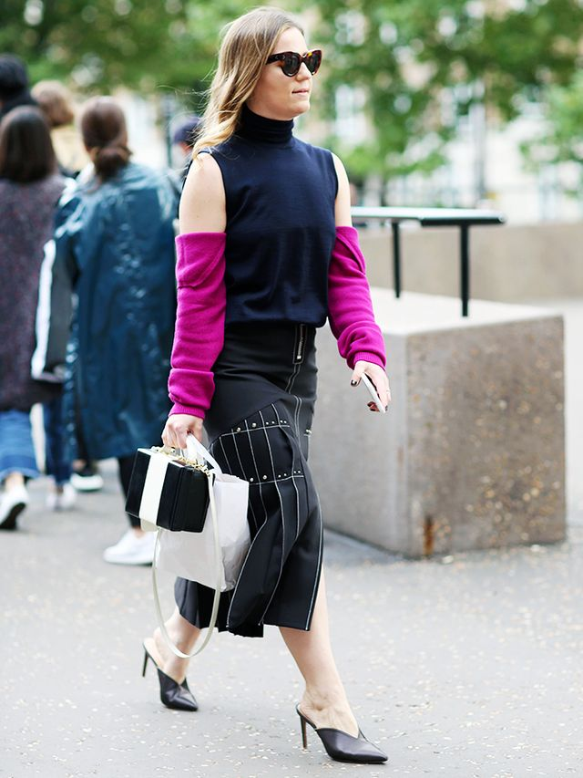 Black mules trend: Street style picture
