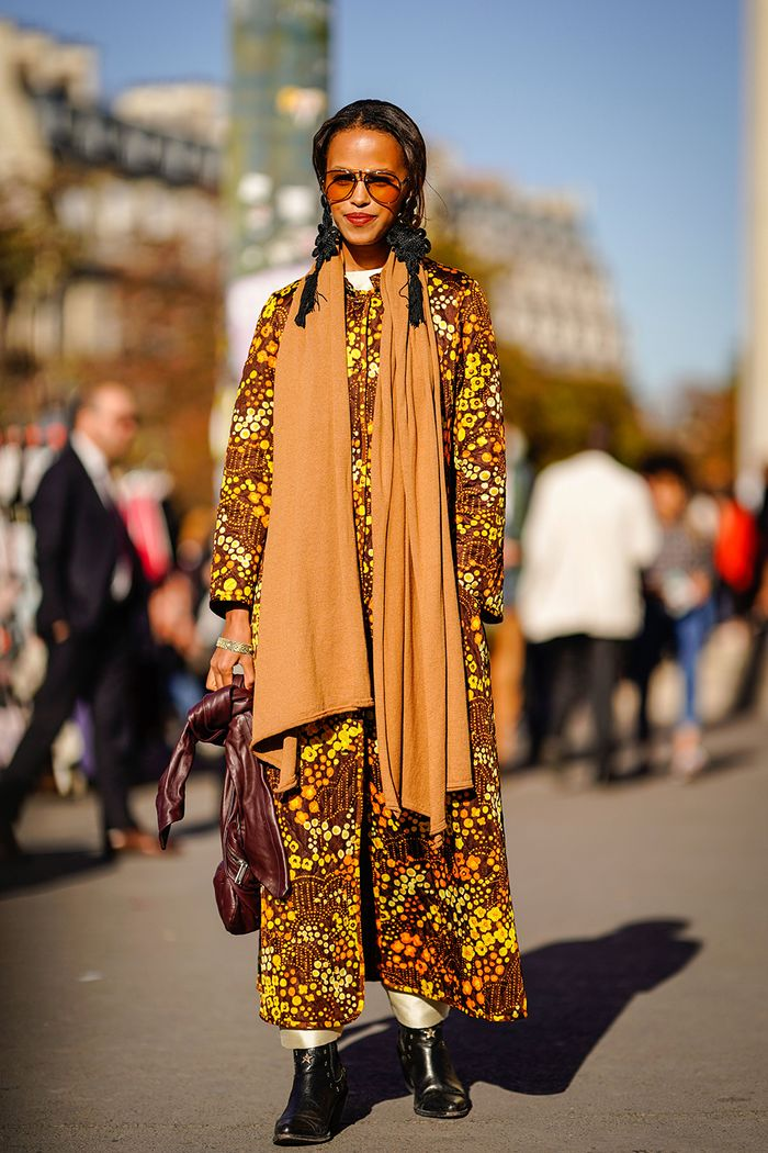 how to wear a blanket scarf: blogger wearing floral dress and camel blanket scarf