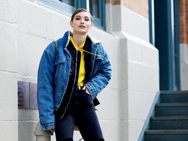 Football season is here.For the nextseveral weeks, we'll be cheering our favorite teams on to victory.For fashion girls cheering from the stands,what to wear to a football...