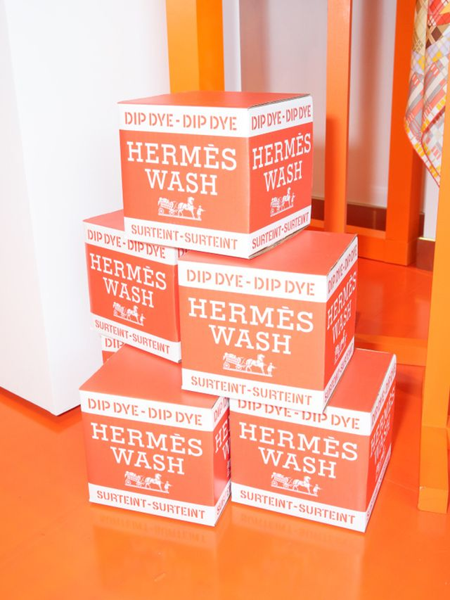 Next up, see how Hermès wants you to tie your scarf.