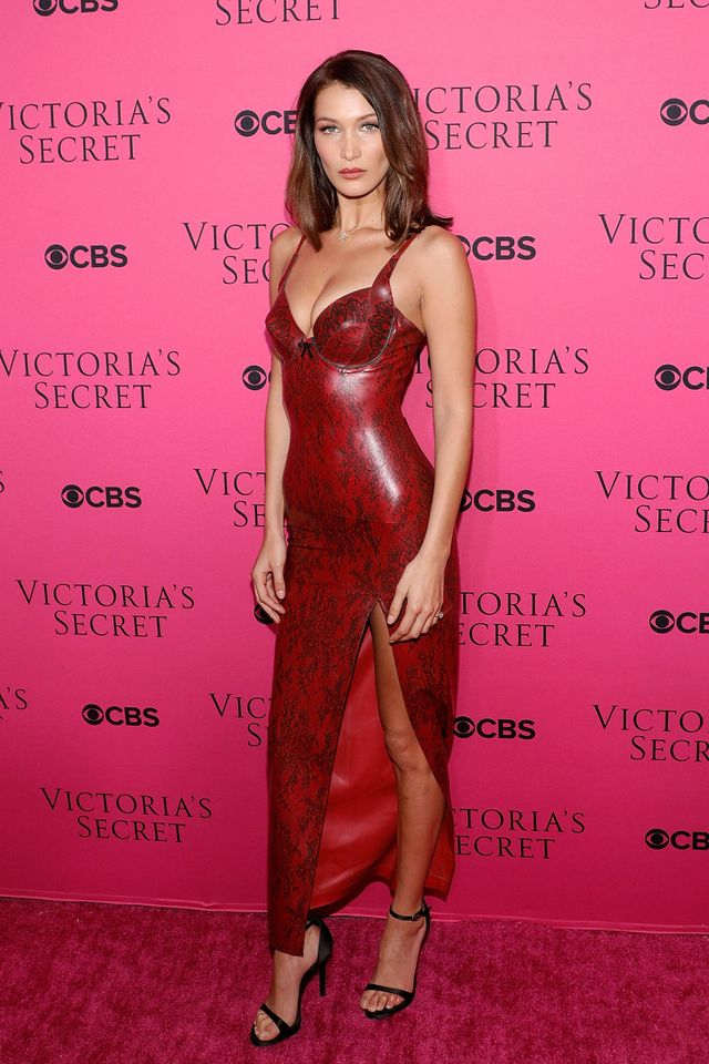 Bella Hadid en une robe de soirée rouge fendue sexy