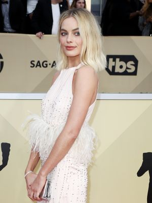 Margot Robbie Is Bringing Back This Early '00s Neckline at the SAG Awards