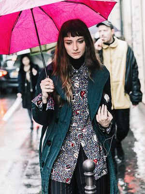 4 Cute Umbrellas That Go So Well With a Trench Coat