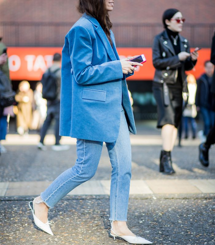 How to wear a blazer and jeans: Street style bright blazer