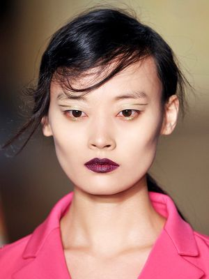 How to Wear Gold Eyeliner Like a Model, in 13 Images