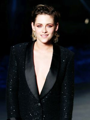 "Kristen Stewart Just Tried the ""No Pants"" Trend at the Chanel Cruise Show"