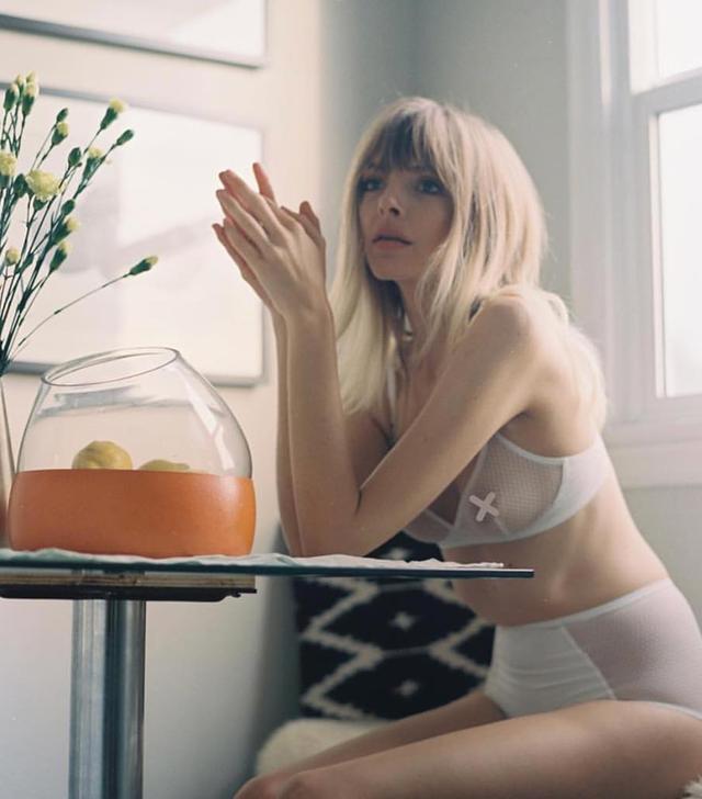 Pretty lingerie Yasmine Eslami