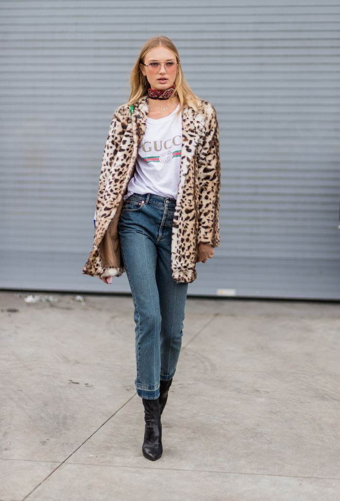 Gucci Tt-shirt with a leopard coat and jeans