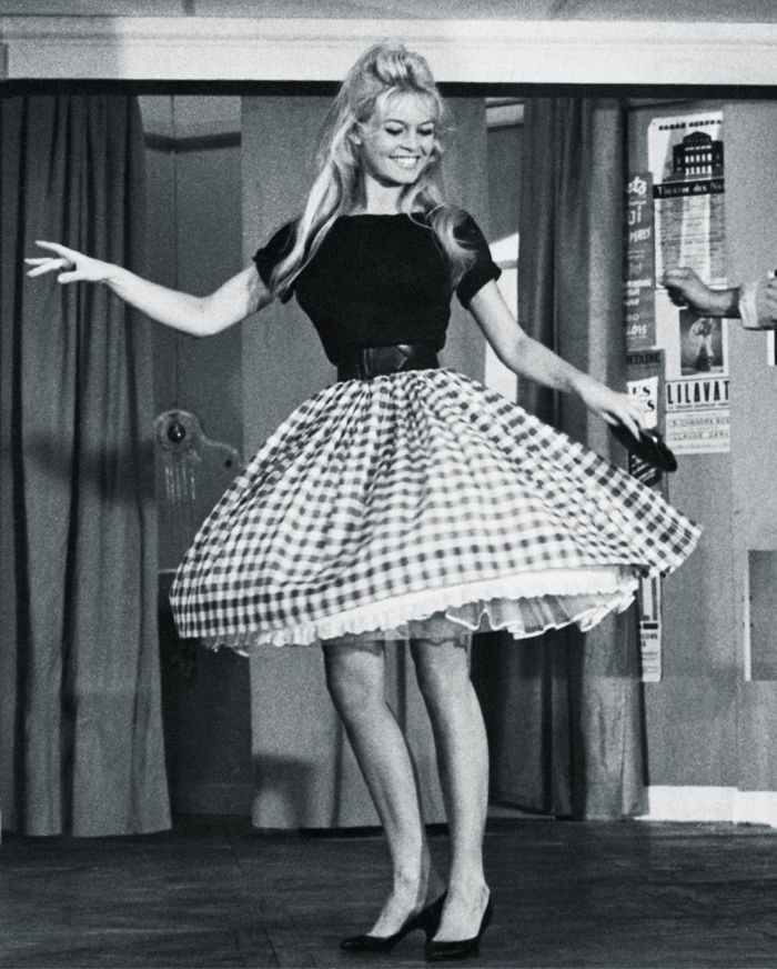 50s fashion: Brigitte Bardot wearing gingham skirt