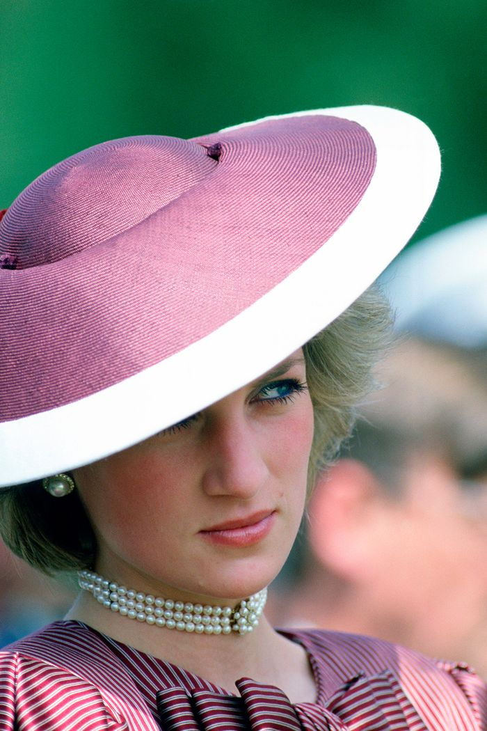 Princess Diana races outfits: wearing a purple and white wide-brim hat and pearl choker
