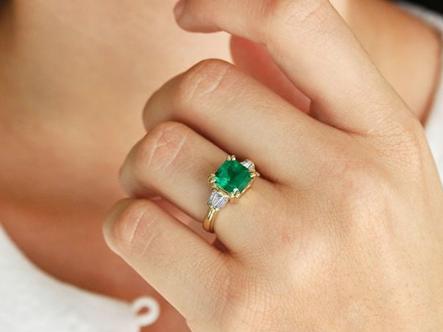stunning emerald engagement rings
