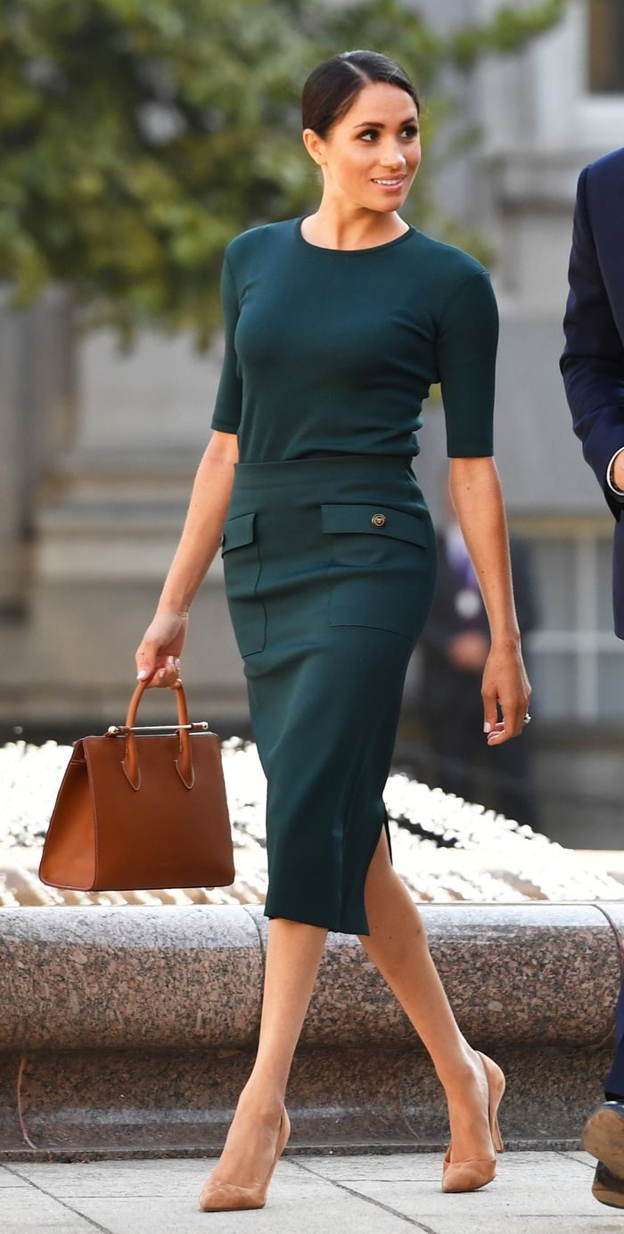 Best suede beige pumps: Meghan Markle in beige suede shoes and green skirt