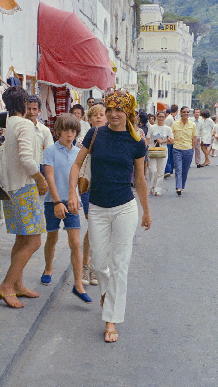 Jackie Kennedy Onassis Summer Style: plain tee and white jeans with scarf