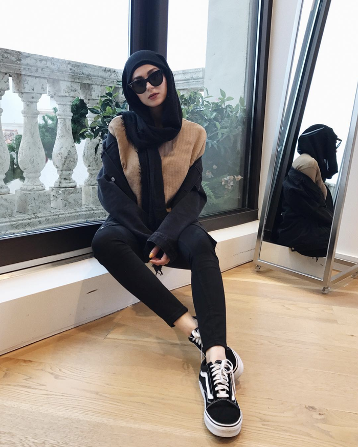 The Black Sneaker Outfits You Should Be