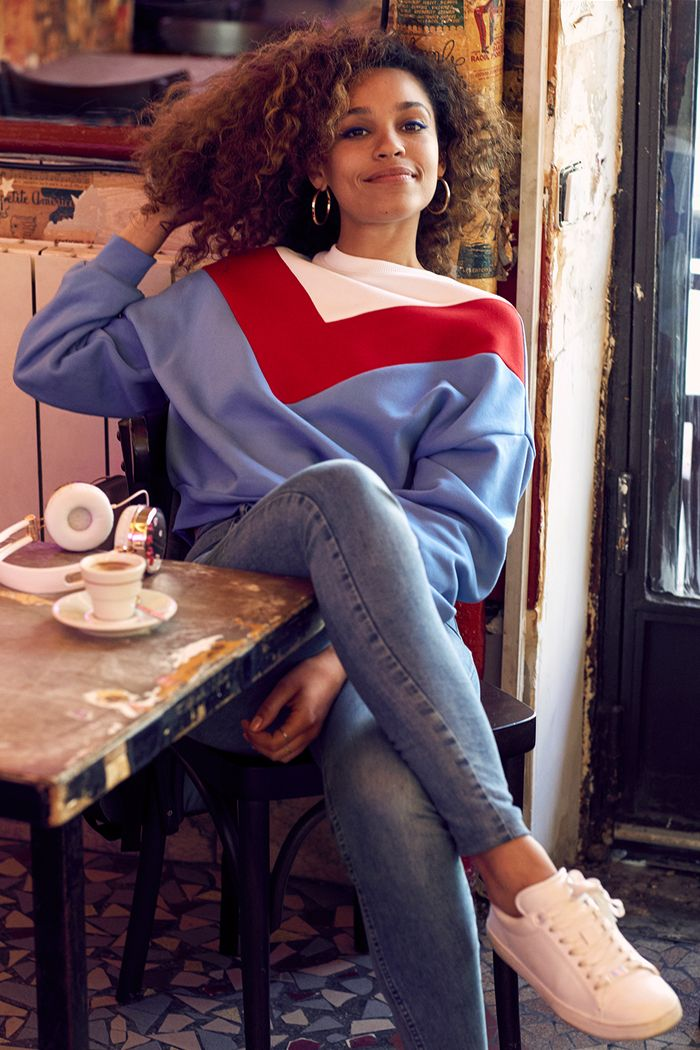 Izzy Bizu H&M: wearing sweatshirt and skinny jeans