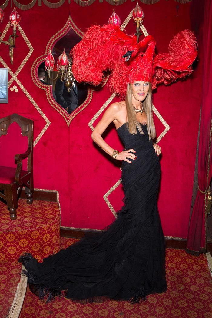 Анна Делло Руссо стиль: носить красный головной убор лебедя и черное платье