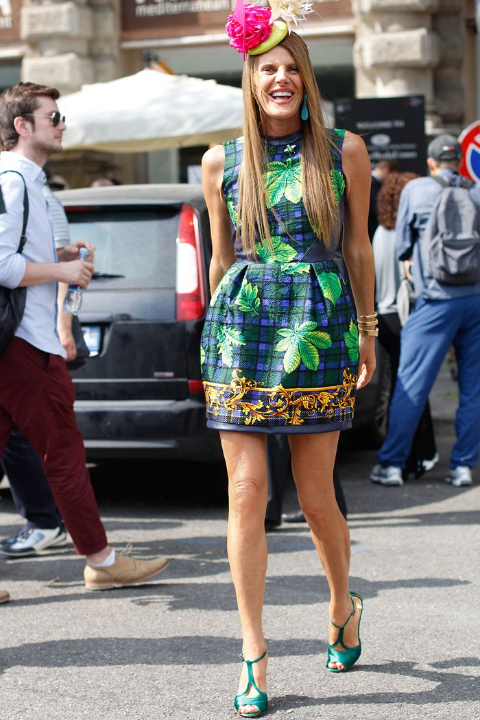 Анна Делло Руссо стиль: носить печатное мини-платье и цветочные шляпы