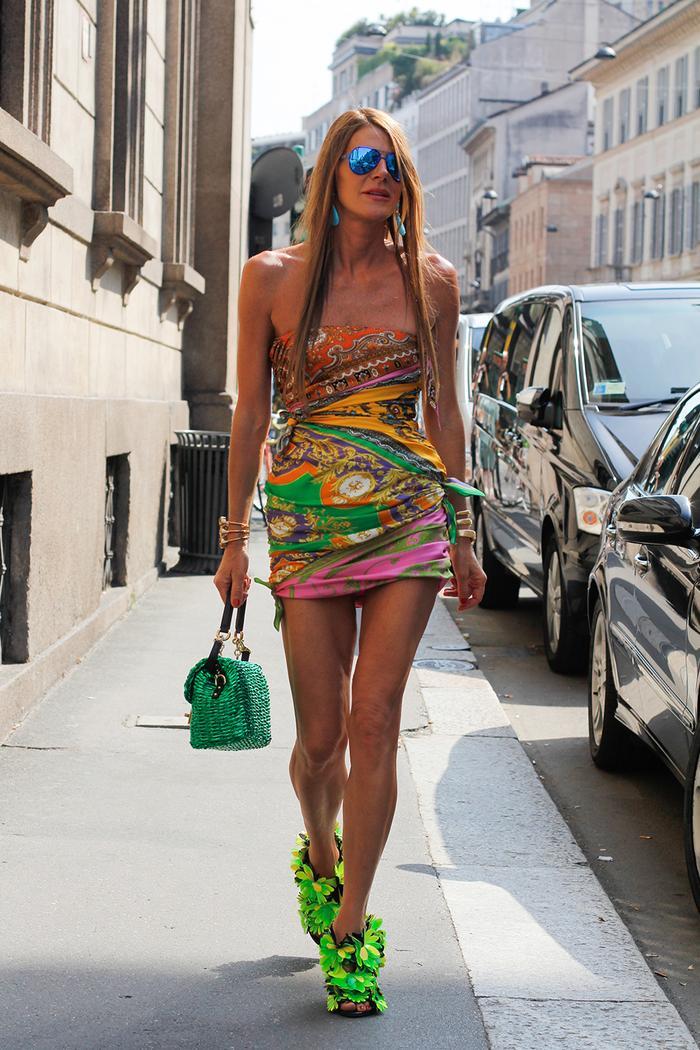 Стиль Анны Делло Руссо: платье с принтом шарфа и неоново-зеленые туфли