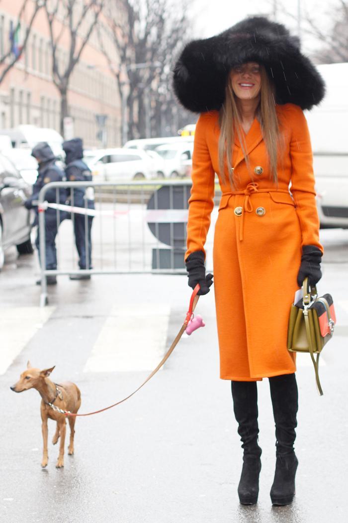 Стиль Анны Делло Руссо: в оранжевом пальто и черной пушистой шляпе