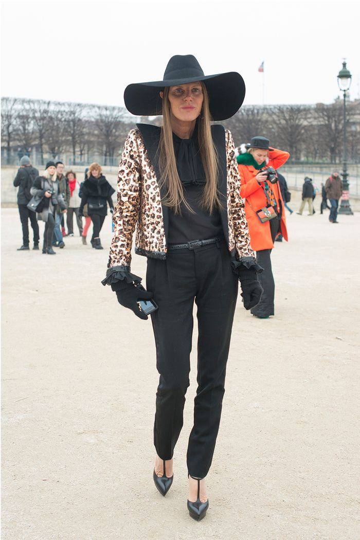Стиль Анны Делло Руссо: в черной шляпе и леопардовом жакете от Saint Laurent