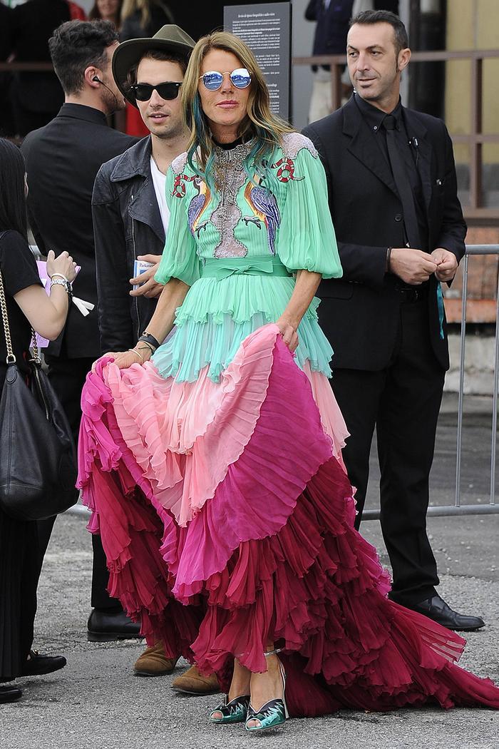 Стиль Анны Делло Руссо: многоярусное зеленое и розовое платье от Гуччи