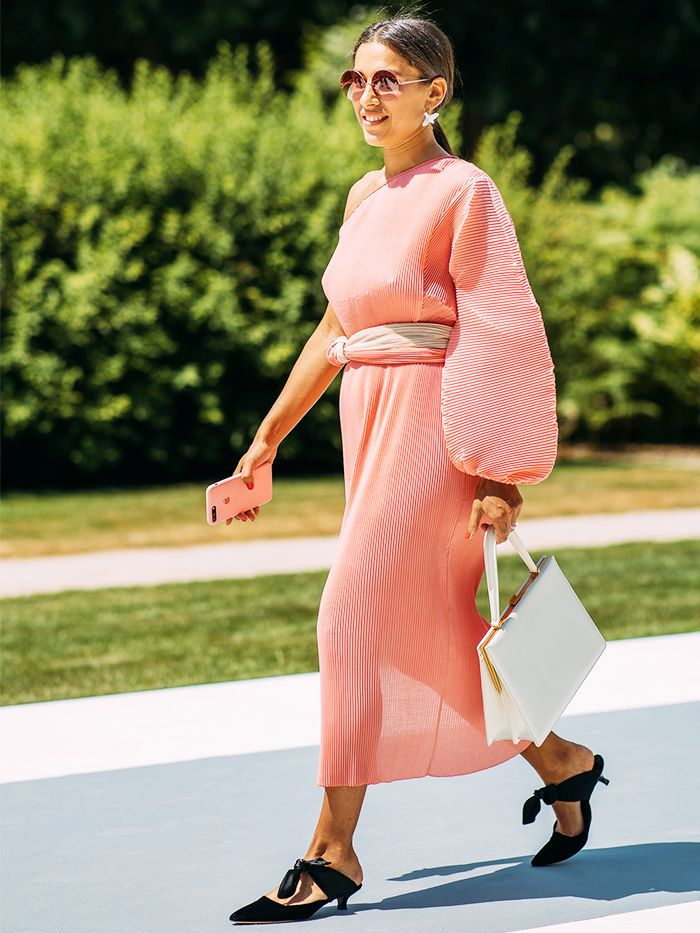 fashionable wide fitting shoes: Ulyana Boyko pairs a pink dress with black mule kitten heels