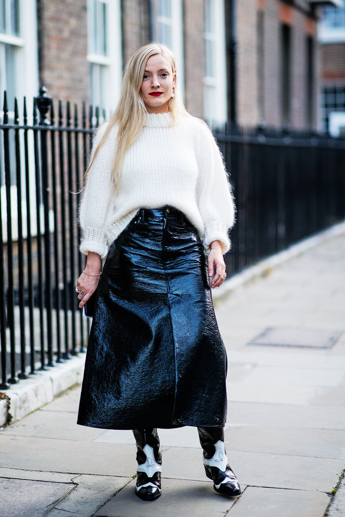 Jumper and skirt outfit ideas: blogger wearing patent black skirt and white jumper